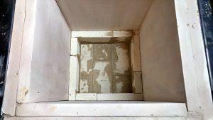 Piec z dwoma warstwami izolacji płytowej i początek układania cegieł